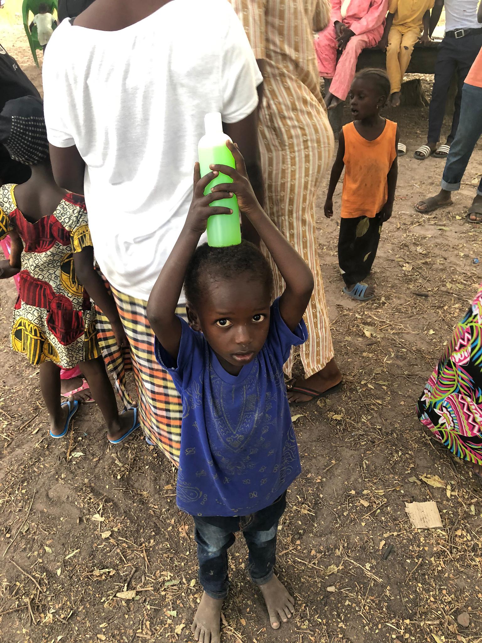 Un niño de la aldea de Fass Chamen, en el interior de Gambia, posa con uno de los muchos geles donados por Parabotica a los habitantes de esta población.