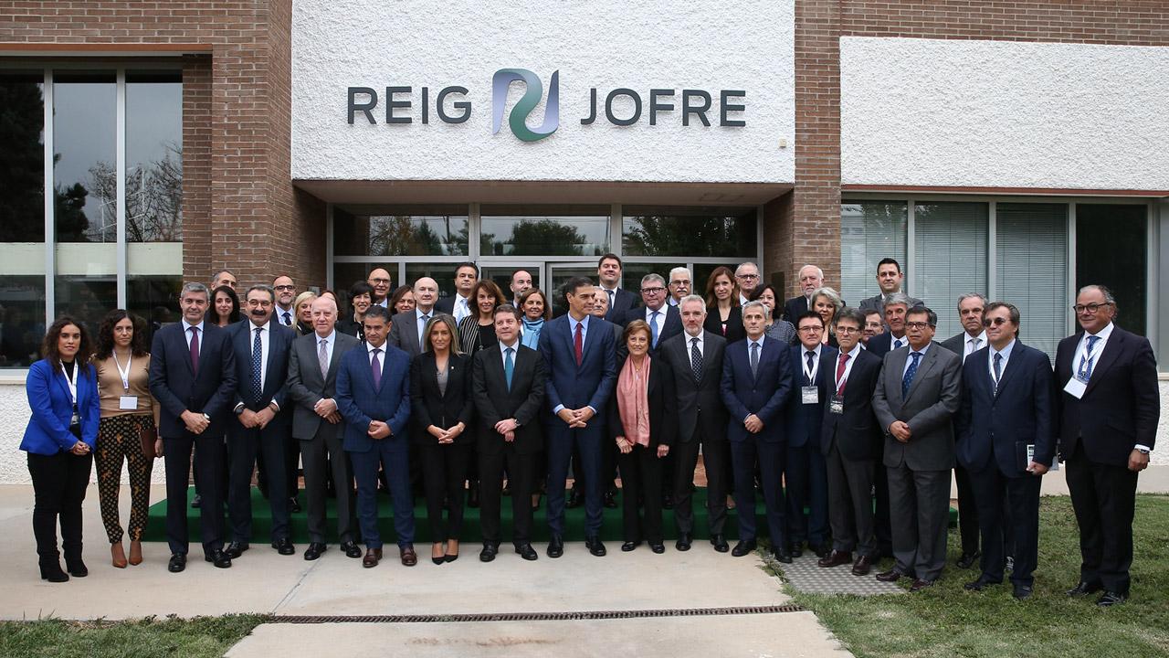 El presidente del Gobierno, Pedro Sánchez, flanqueados por representantes políticos y de la industria farmacéutica, en la inauguración de la ampliación de las instalaciones de la planta farmacéutica Reig Jofre.