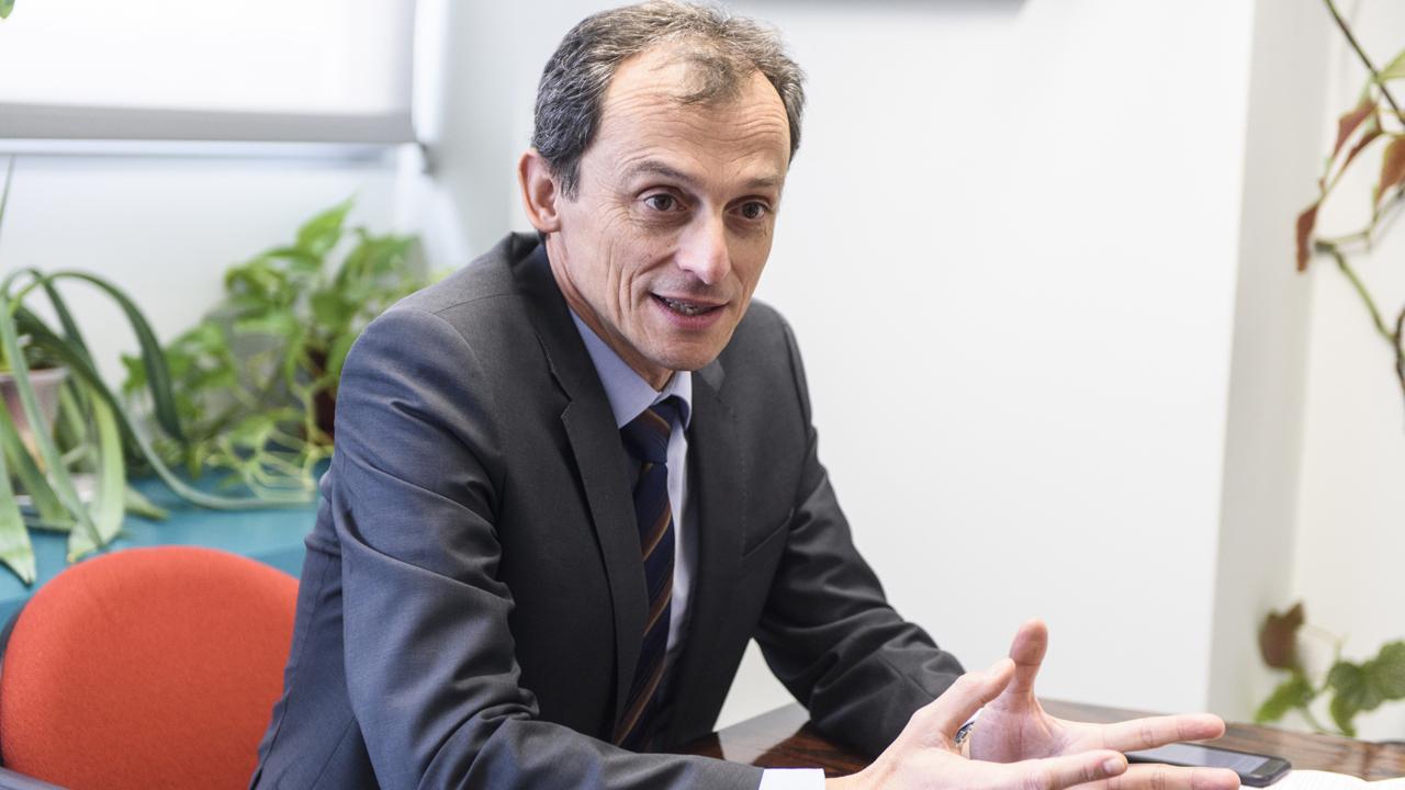 """Pedro Duque: """"La homeopatía puede estar en las farmacias junto a los caramelos"""""""
