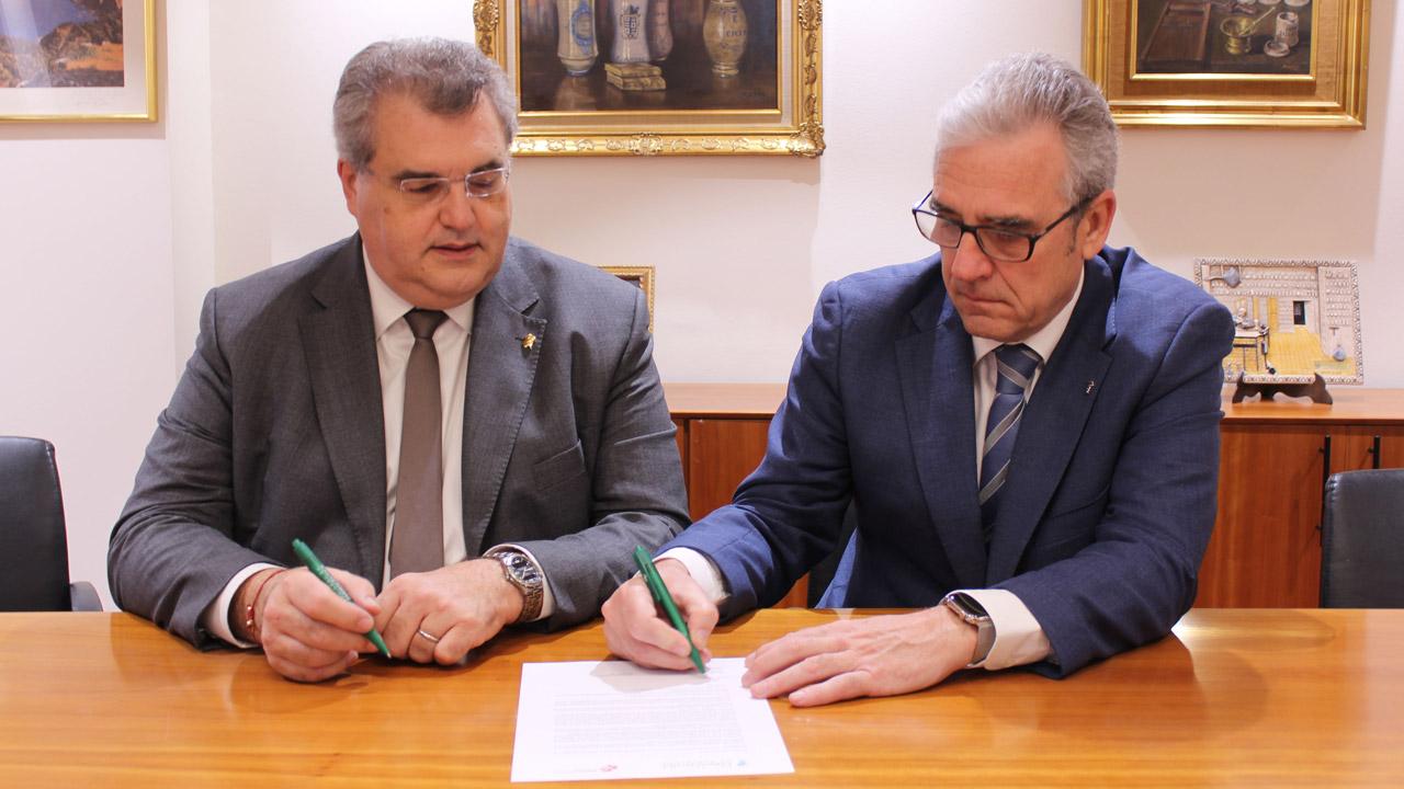 Antoni Torres, presidente de la AFB, y Jordi de Dalmases, presidente del COF de Barcelona, durante la firma del documento de apoyo a la candidatura de Bosch.