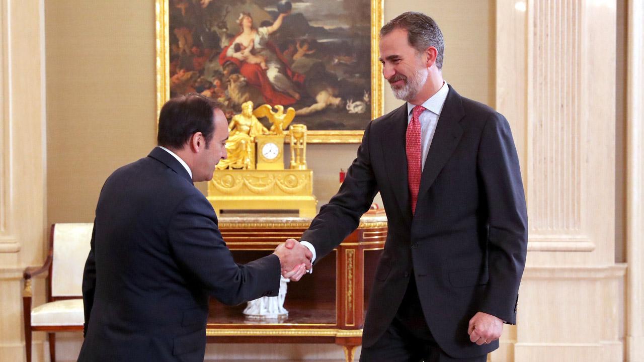 El rey Felipe VI saluda a Eduardo Pastor, presidente del Grupo Cofares.