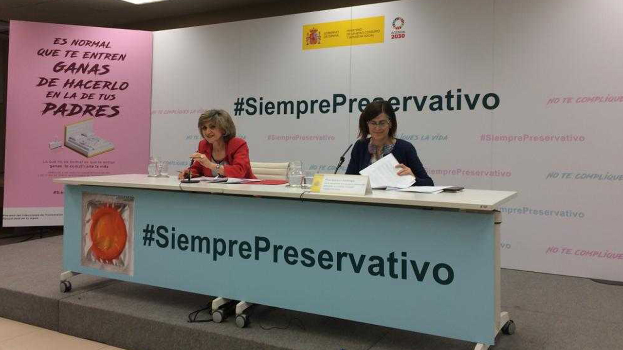 La ministra de Sanidad en funciones, María Luisa Carcedo, y la directora de Salud Pública, Calidad e Innovación, Pilar Aparicio, en la presentación de la campaña '#SiemprePreservativo'.