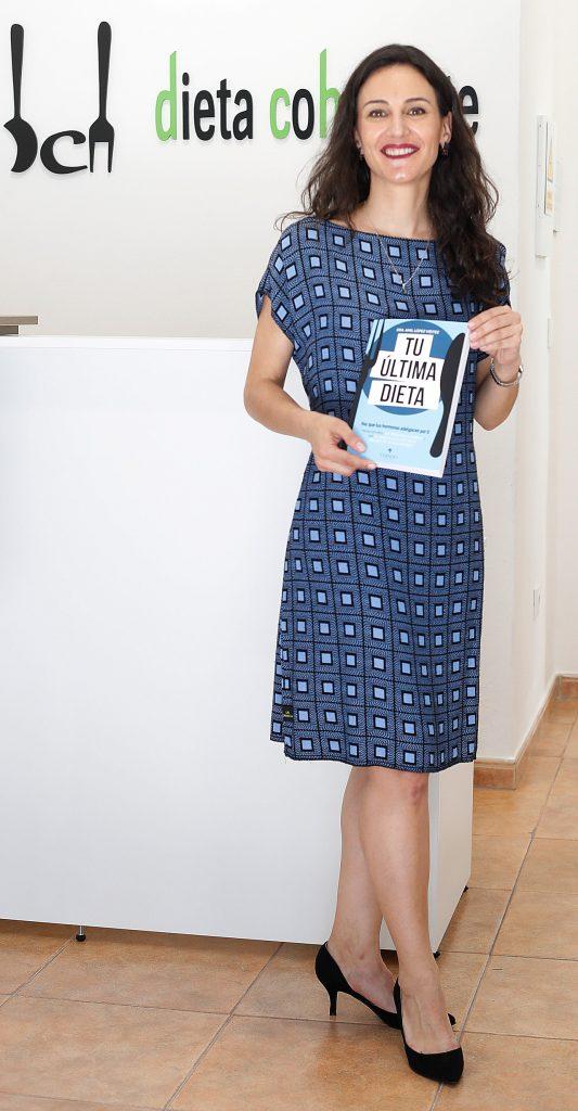 La nutricionista Amil López posa con su nuevo libro 'La última dieta'.