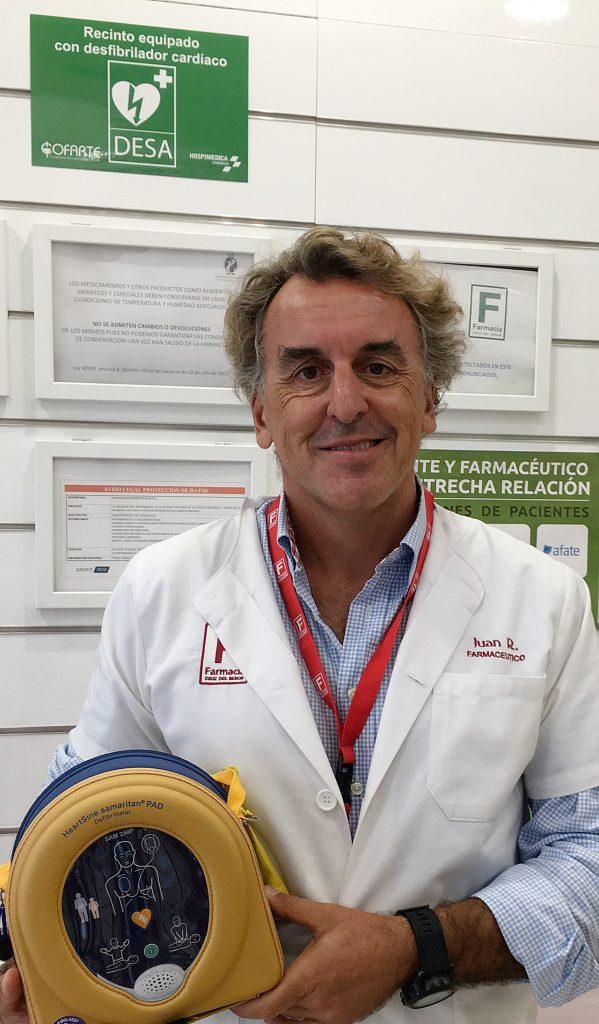 Juan Domínguez, farmacéutico en Santa Cruz de Tenerife, dispone de un desfibrilador.