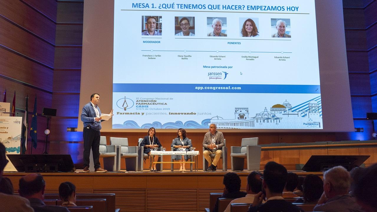 Francisco J. Farfán (moderador), se dirige al auditorio en presencia de Elena Touriño, Emilia Montagud y Eduardo Echarri.