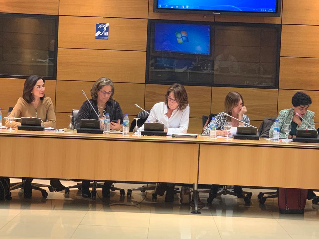 están Raquel Martínez, secretaria general del Consejo, Carmen Recio, también del Consejo, representantes de Satse y Encarnación Cruz.
