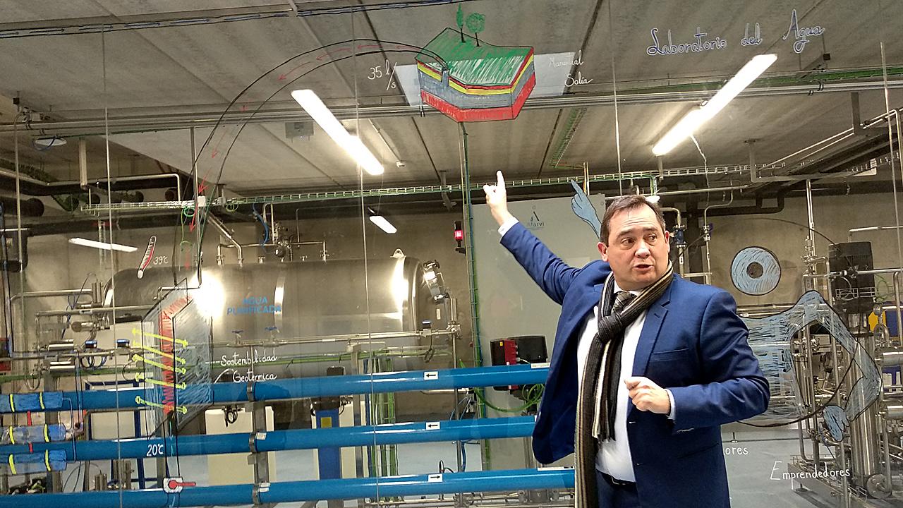 Enrique Quintana, director general Financiero y de Operaciones de Cantabria Labs, explica cómo funciona el Laboratorio del Agua que ha levantado la compañía sobre un manantial de aguas termales.