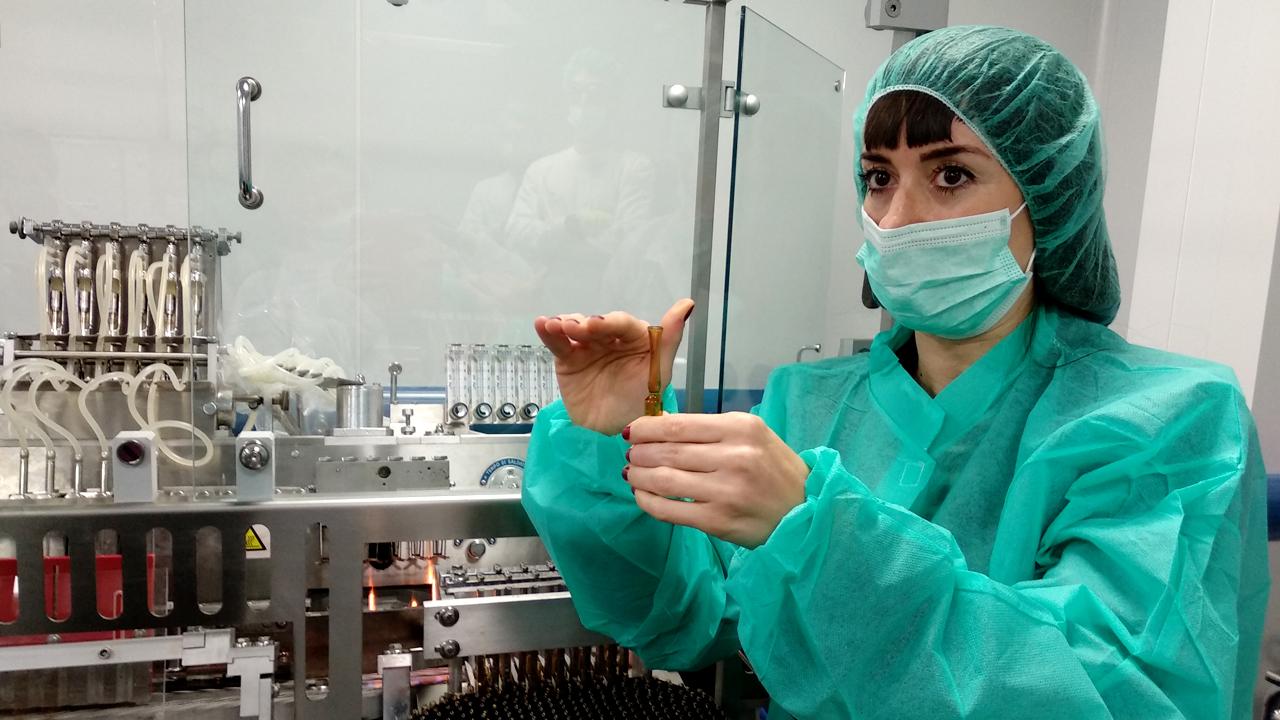 Irene Fernández Benito, adjunta del Responsable de Producción de Cantabria Labs, explicando el proceso de llenado y cierre de las ampollas.