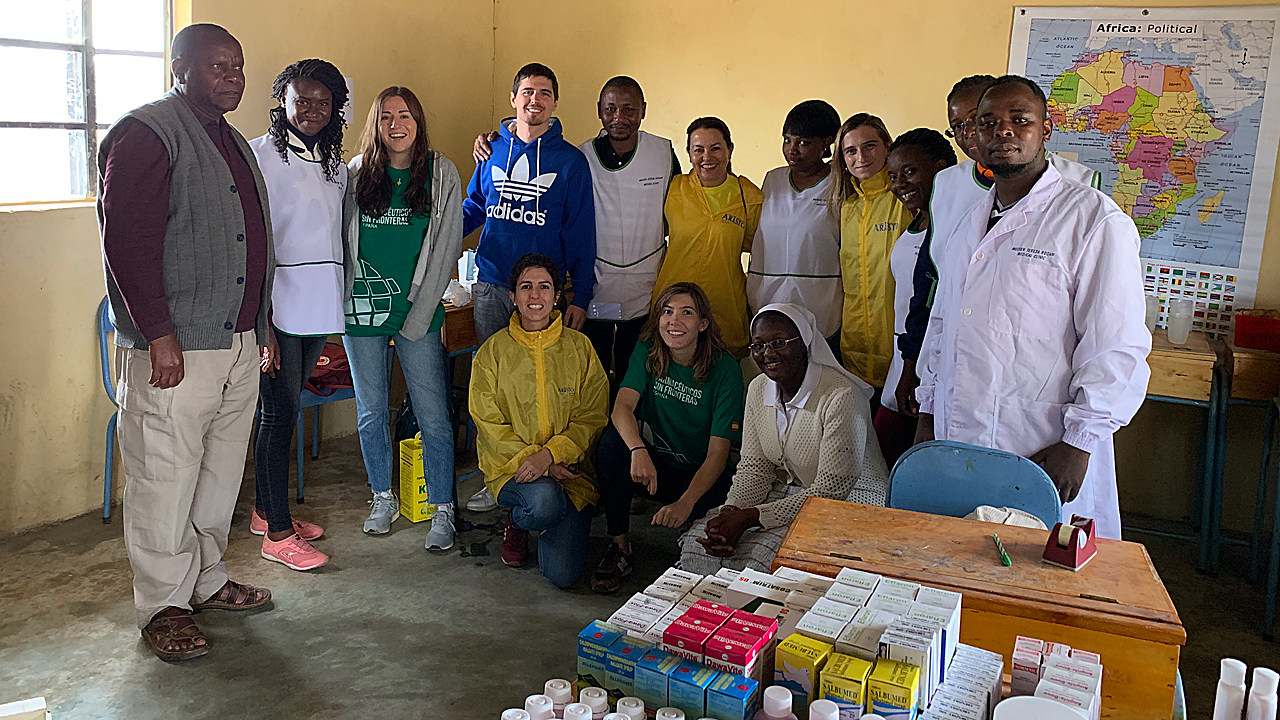Empleados de Aristo Pharma y personal del centro médico Teresa Rodón, en Kenia.