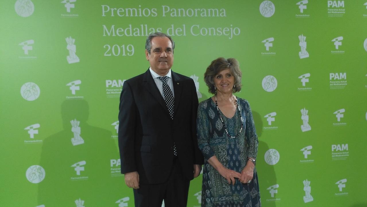 Jesús Aguilar, presidente del Consejo General de COF, y María Luisa Carcedo, ministra de Sanidad en funciones, en el acto de entrega de los Premios Panorama y Medallas 2019.