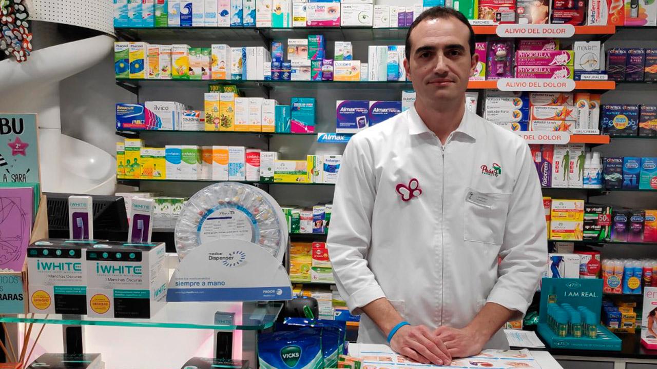 Antonio Barrera, farmacéutico comunitario, en la farmacia de Huelva en la que se ha desarrollado el trabajo.