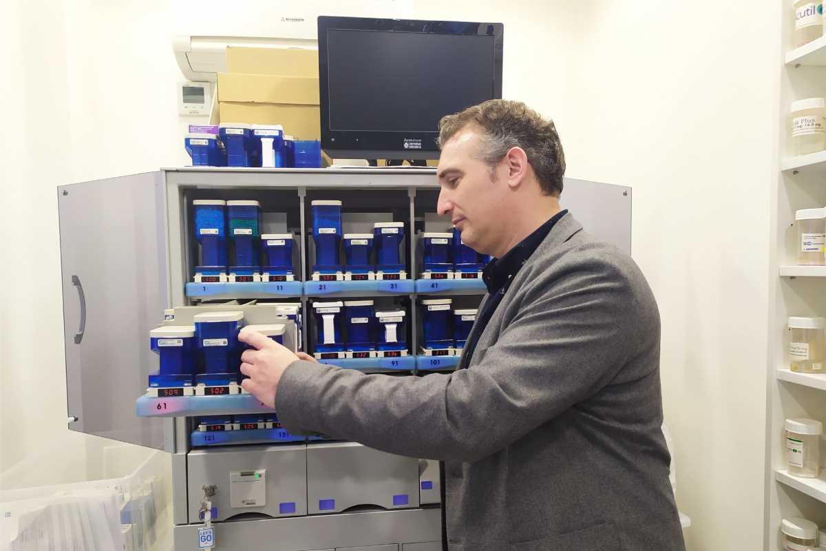 Asier Zubillaga, CEO de Farmadosis, con uno de sus robots instalado en una farmacia de Madrid.